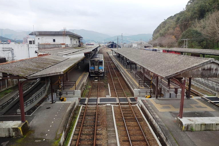 JR人吉駅ホームを上から眺める