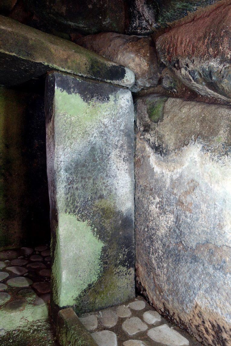オブサン古墳の石屋形