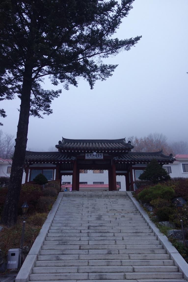 正面階段は日本統治時代の神社の痕跡(春川世宗ホテル)