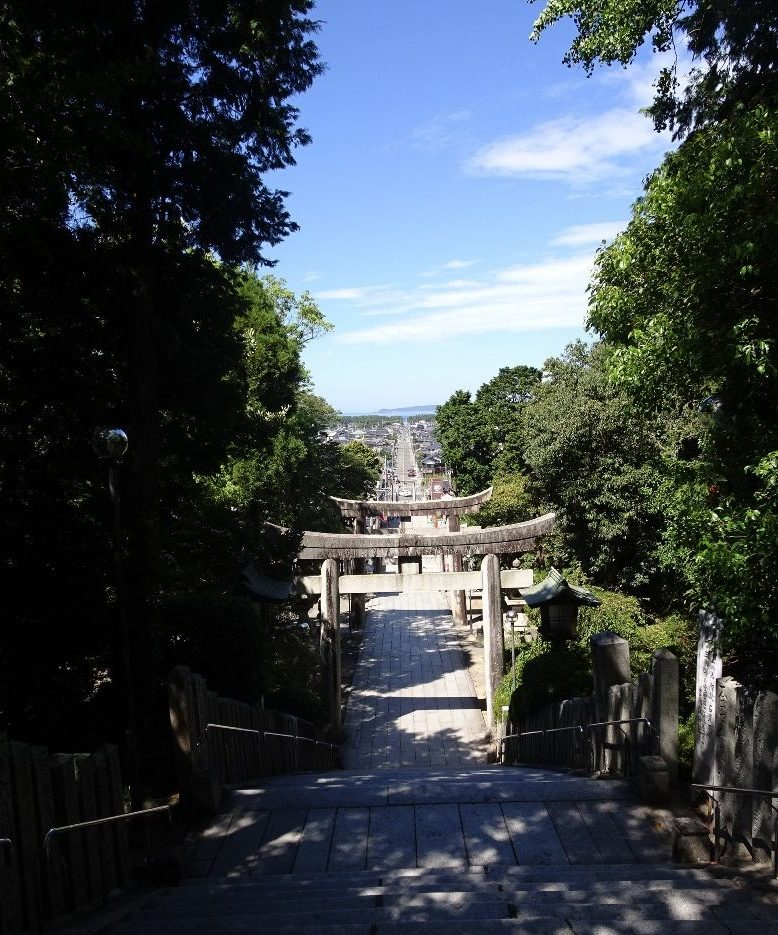 宮地嶽神社参道から望む相島