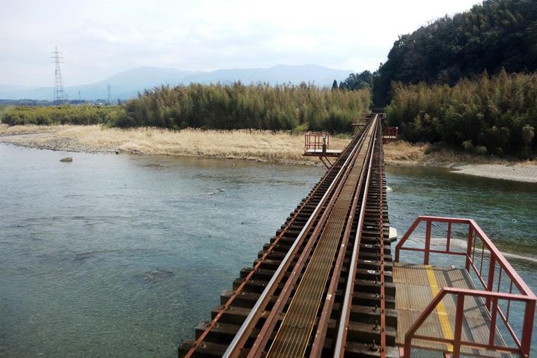 線路一本が川を渡る