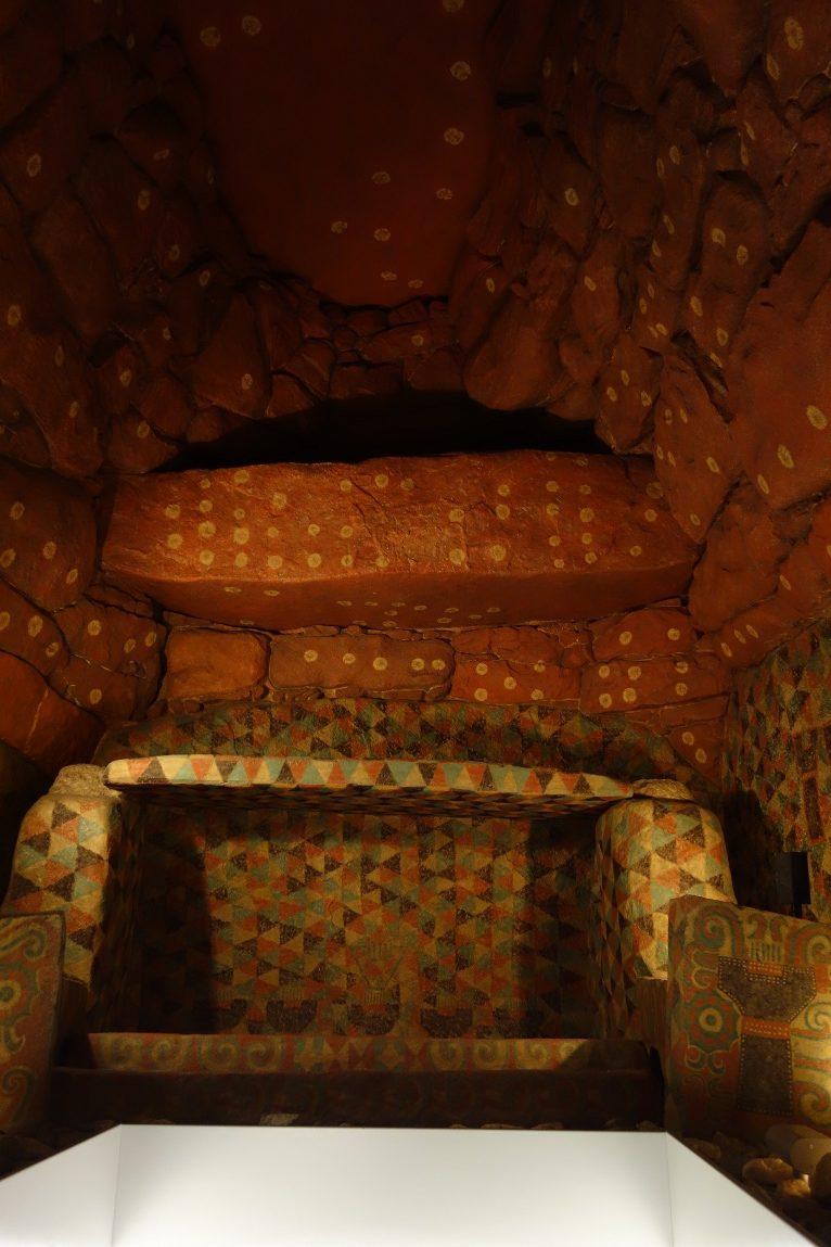 王塚古墳石室は全体に隙間なく絵が
