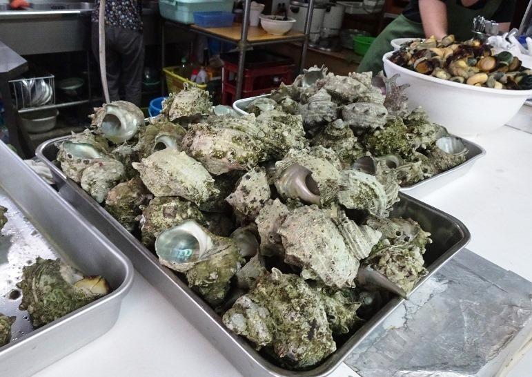 博多湾のサザエが山盛り(中西食堂)