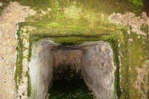 古宮古墳 刳り抜き式石棺を正面から