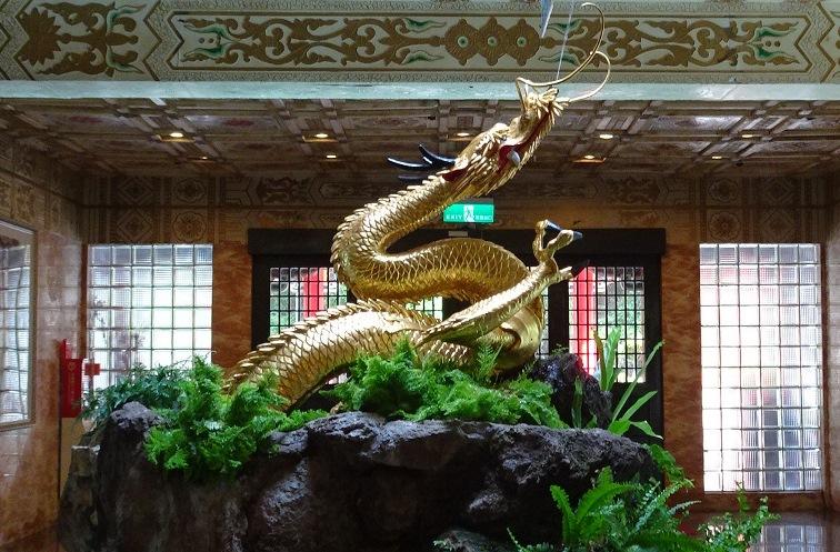 金を施された銅龍(円山大飯店の中)