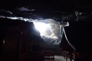 鵜戸神宮本殿、洞窟の奥から外の明かりを見る