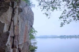南漢江の岸の崖面、倉洞里磨崖仏。川面に面する絶景