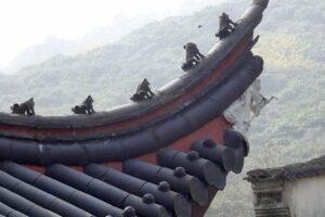 天竜寺の屋根に並ぶ神獣たち。山寺の趣き