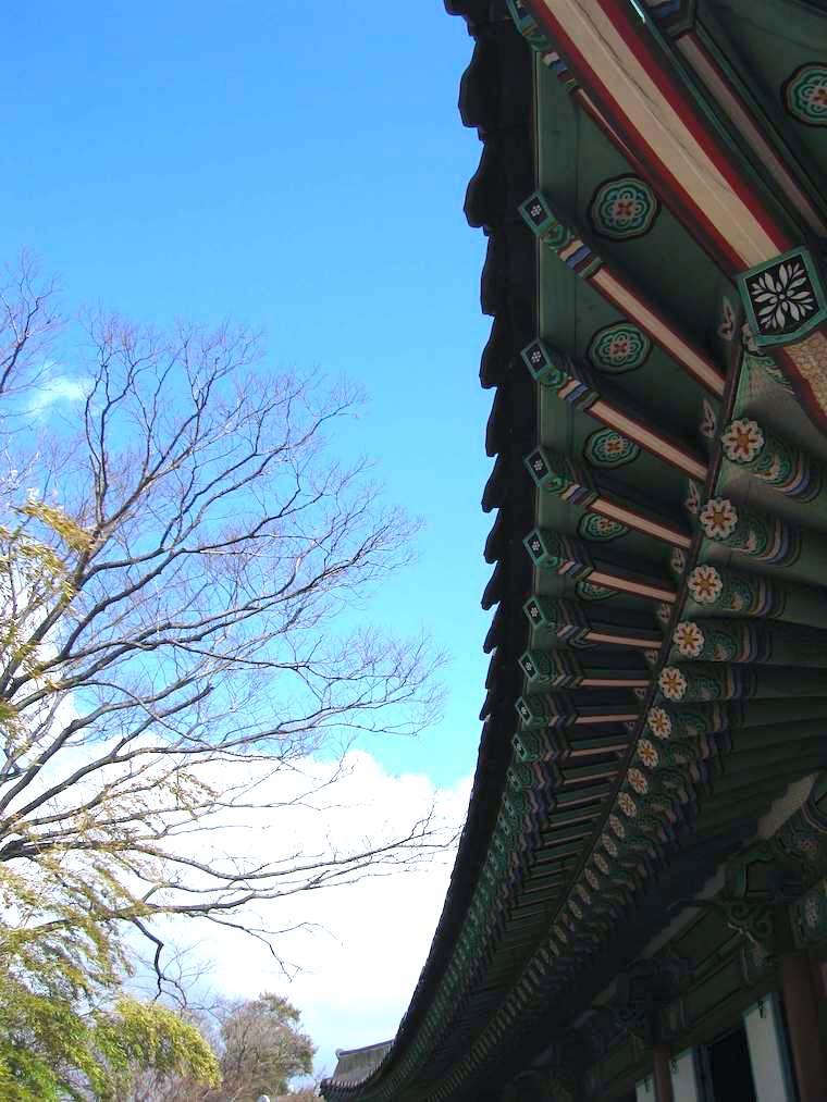 韓国の五方色(ごほうしょく)obangseak は黄・青・白・赤・黒。建物の屋根も五方色で鮮やか