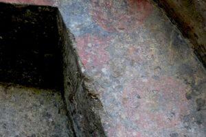 横穴墓入り口の彫刻と赤い彩色