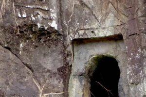 大村横穴群の彫刻、馬と馬鐸