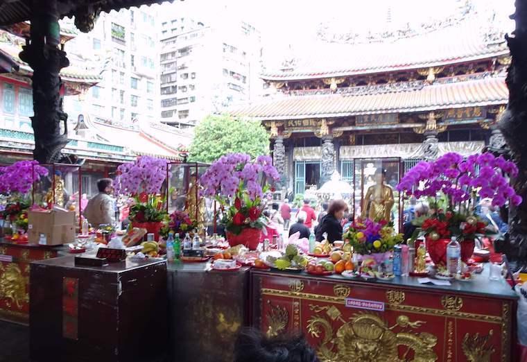 龍山寺境内の供物台