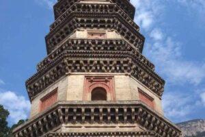 霊岩寺の辟支塔(パゴダ)は九層の楼閣式で華やか