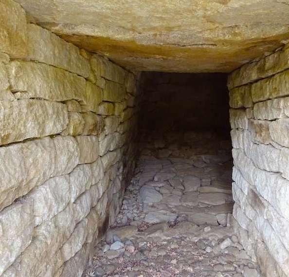 芳荑洞古墳群1号墳の石室入口から奥を見る