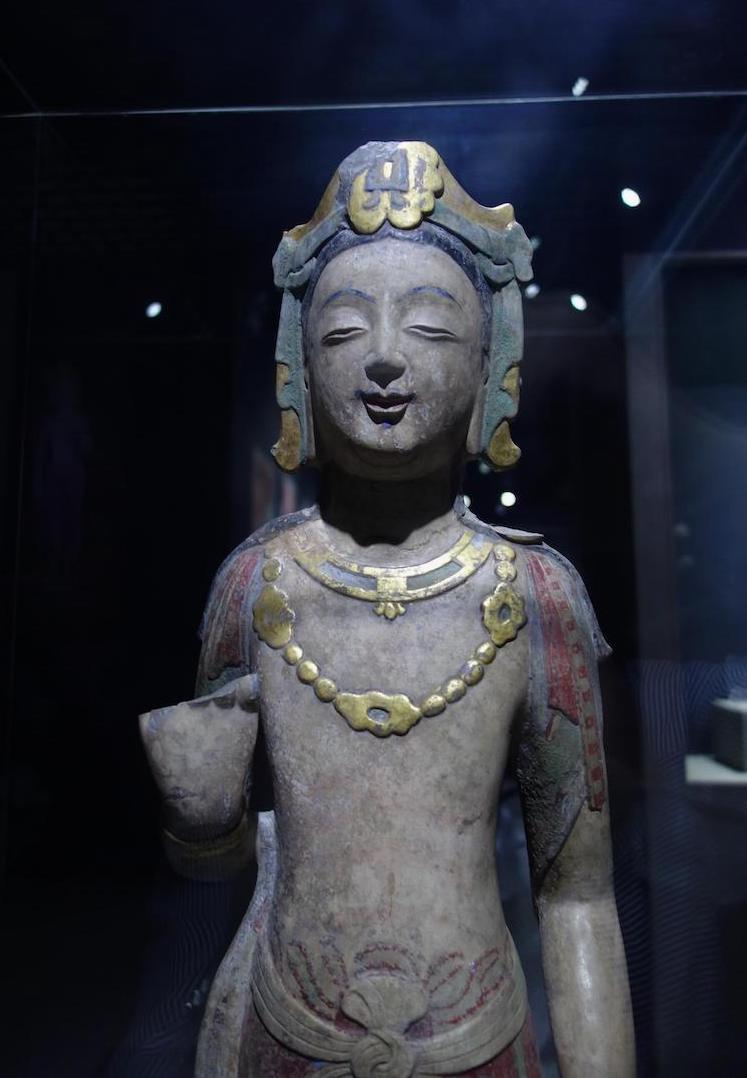 貼金彩絵石雕菩薩立像。中国山東省の青州博物館にて