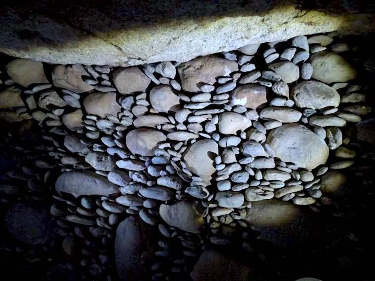 大きな石の間に棒状の石で埋めて美しい壁面。他に見ない珍しい造形