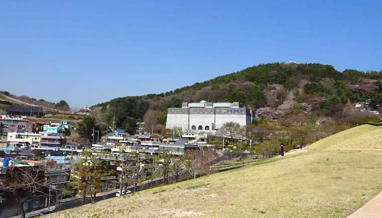 東莱 福泉洞古墳群から博物館と邑城城壁をみる