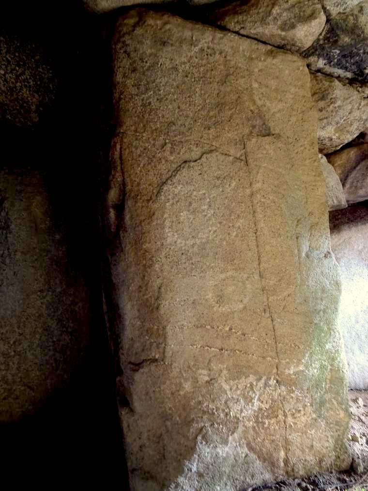 山田古墳の入り口柱に「叩き窪め」技法で円文がいくつも描かれている
