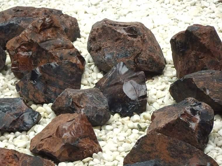 北海道立埋蔵文化財センター中庭の黒曜石の展示