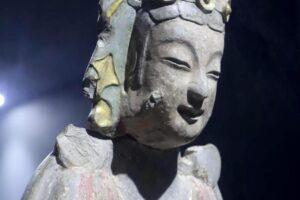 貼金彩絵思惟菩薩像。中国山東省の青州博物館にて