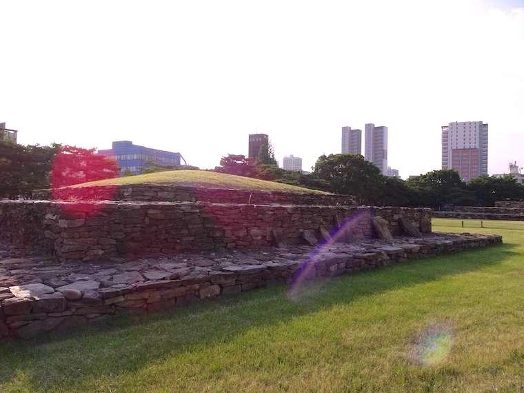 ソウルの石村洞古墳群の積石塚の姿