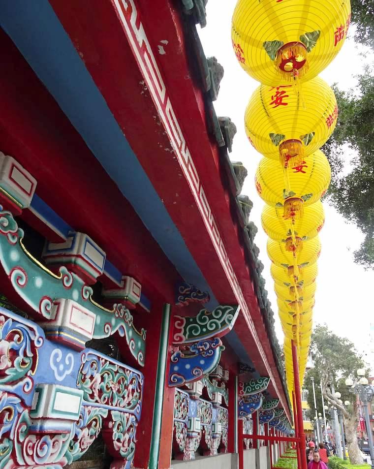 龍山寺の鮮やかな外壁と門前の黄色い提灯