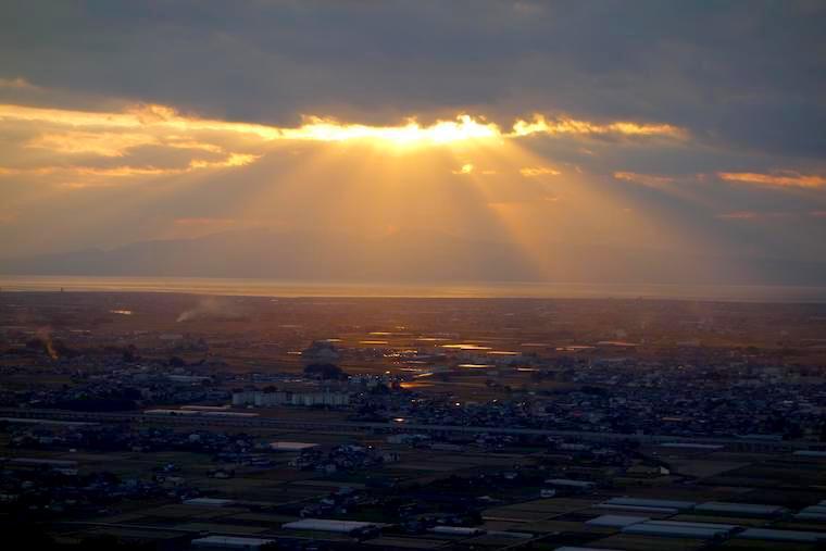 女山(ぞやま)から有明海と島原半島を望む。雲の隙間から天使の梯子が降り注ぐ。女山神籠石(ぞやまこうごいし)にて