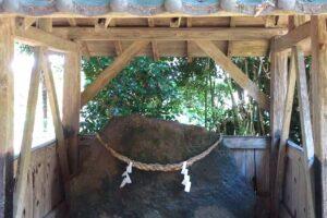高橋貝塚の神社に祀られた支石墓蓋石