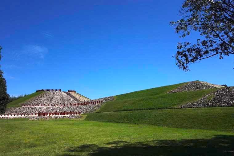埴輪が並ぶ前方後円墳、亀塚古墳の全景