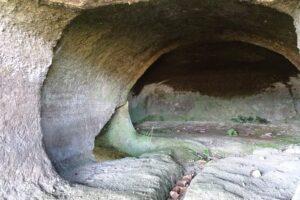 横穴墓の最奥に被葬者が眠る石造りの屍床が