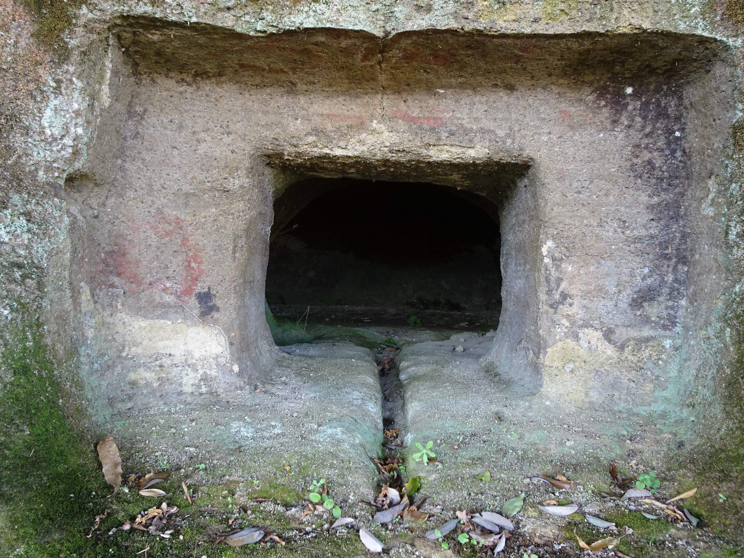 百留横穴墓群の中央にある穴は赤色(ベンガラ)の同心円文が