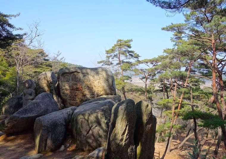南山の塔谷磨崖仏群から慶州の街を望む