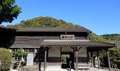 築100年の嘉例川駅木造駅舎と空を行く豆粒のような飛行機