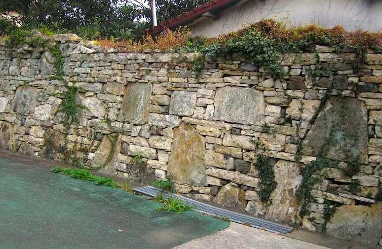 対馬厳原の城下町には鏡積みと言う独特の壁が続く