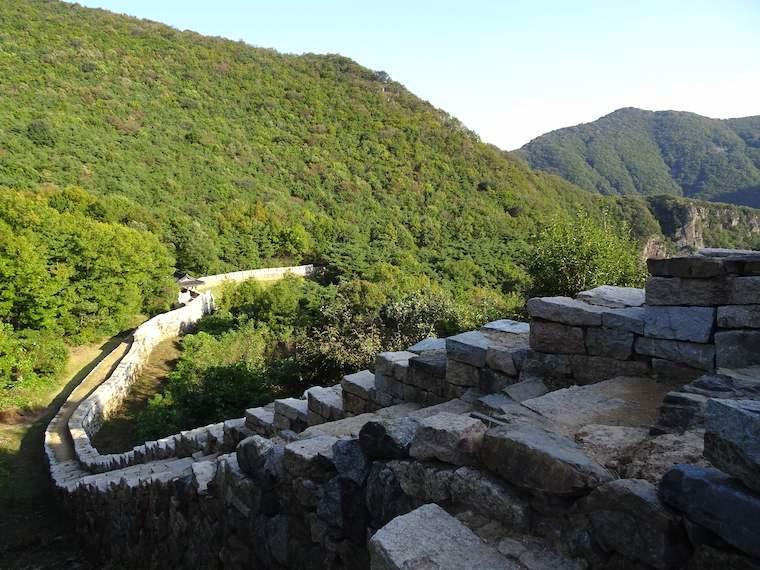 新羅の姑母山城には朝鮮時代に増築した長い城壁がある。豊臣秀吉北上の防衛線
