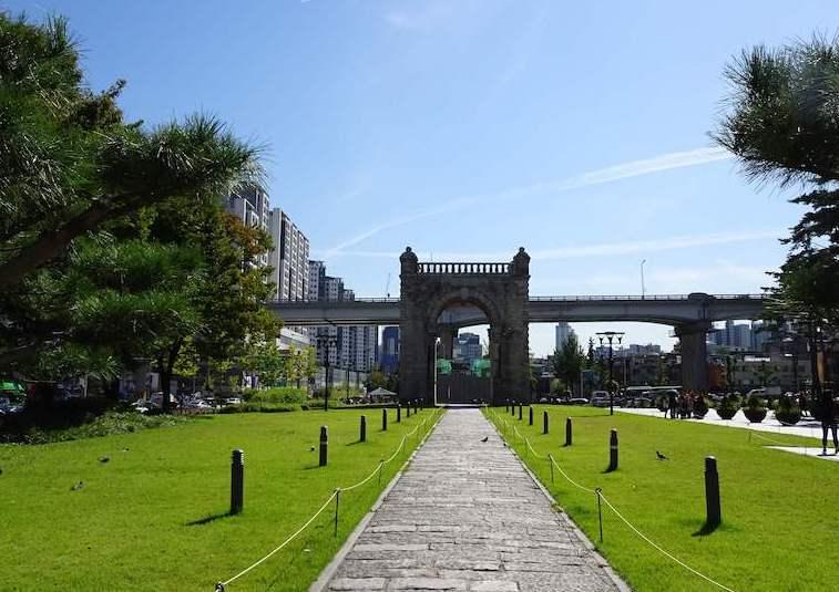 公園として整備された独立門。朝鮮王朝時代に清の使者を迎えた場所