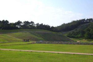 陵寺跡で望む扶余羅城の城壁