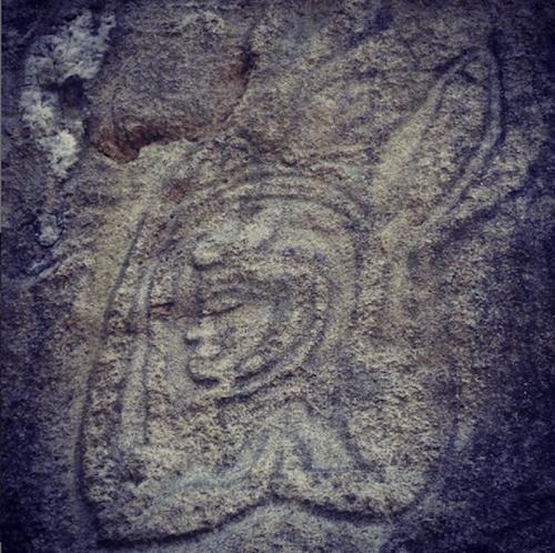 塔谷磨崖仏群に彫像の中には西方の人物や信仰と思しき姿もある