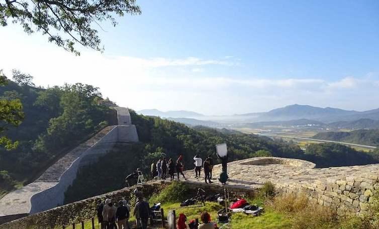 三年山城ではドラマ撮影が。城壁の上からの絶景