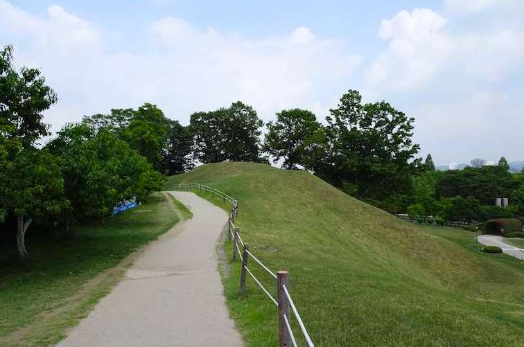夢村土城の土塁の上は市民の散歩道