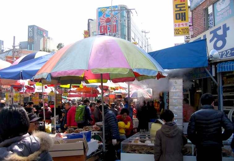 機張カニ市場 広場の広告等もカニ蟹