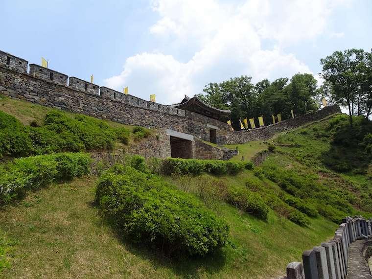 公山城の城壁と門