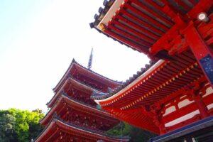 明王院の五重塔と本堂はいずれも国宝。和様と唐様の赤